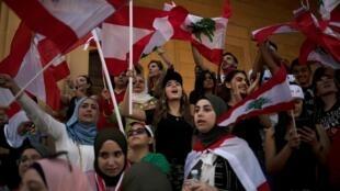 Manifestantes deixam de lado as diferentaças religiosas continuam nas ruas do Líbano.