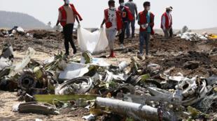 """بقایای اجساد مسافرین هواپیمای بوئینگ """"٧٣٧ ماکس"""" اتیوپی ایرلاین، که در این کشور سقوط کرد توسط افراد صلیب سرخ اتیوپی جمعآوری میشود. سهشنبه ٢١ اسفند/ ١٢ مارس ٢٠۱٩"""