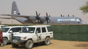 Des véhicules de la Minusma sécurisent l'aéroport de Kidal.