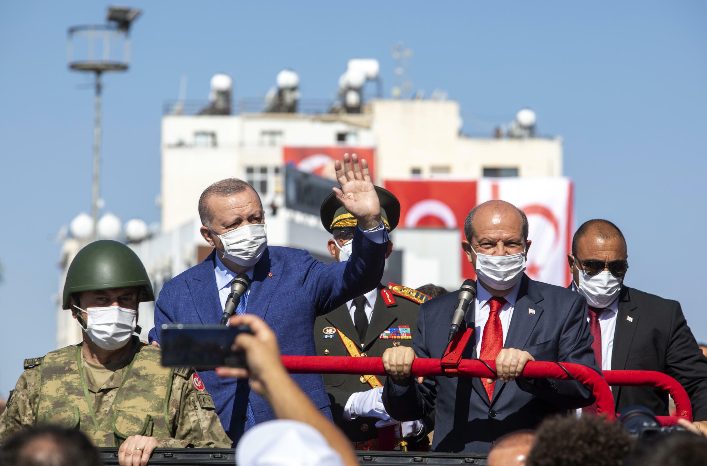 Le président turc Recep Tayyip Erdogan lors du défilé militaire marquant le 47e anniversaire de l'invasion turque de la partie sud de Chypre, dont la moitié de la capitale Nicosie, le 20 juillet 2021.