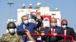 """El presidente turco, Recep Tayyip Erdogan (izquierda), y el """"presidente"""" de la autoproclamada República Turca del Norte de Chipre, Ersin Tatar (derecha), durante un desfile en Nicosia (Chipre), el 20 de julio de 2021"""