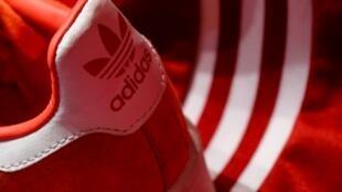 La nouvelle collection d'Adidas à l'occasion du Mondial en Russie, tout en rouge, a provoqué la colère dans les pays baltes et en Ukraine.
