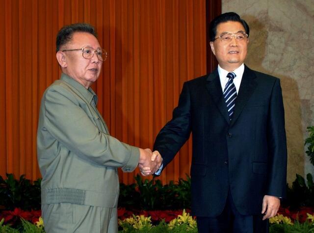 Khi còn sống, ông Kim Jong Il luôn dựa vào sự hậu thuẫn của Trung Quốc. Ảnh: Chủ tịch Hồ Cẩm Đào tiếp ông Kim Jong Il tại Bắc Kinh 5/5/2010.