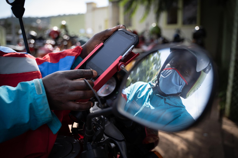Les chauffeurs de moto-taxi doivent désormais utiliser ce nouveau dispositif GPS avec une application de paiement sans espèces.