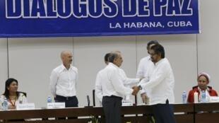 Humberto de la Calle (g.), représentant du gouvernement colombien, et Ivan Marquez (d.), représentant des FARC, à la Havane le  15 décembre 2015.