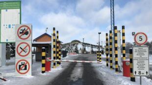 Le poste-frontière de Hoptivka, au nord-est de l'Ukraine. Tout est tranquille, raconte la garde Oksana Ivanets.