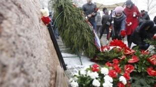 Người dân Ba Lan đến đặt hoa nơi xẩy ra tai nạn máy bay, gần thành phố Smolenks, cách đây một năm. Ảnh chụp ngày 10/04/2011