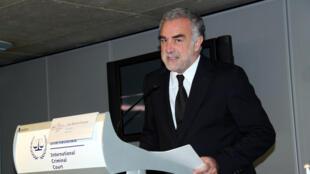 Le procureur de la CPI, Luis Moreno Ocampo, lors de la conférence de presse à La Haye, jeudi 26 novembre 2009.