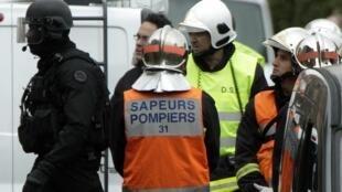 Policiais da tropa de elite francesa, o Raid, bombeiros e a polícia judiciária trabalham juntos durante o cerco ao assassino de Toulouse, nesta quinta-feira.