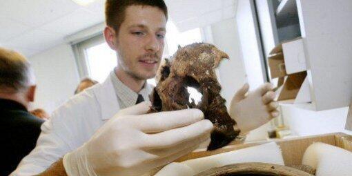 Philippe Charlier tenant le crâne d'Agnes Sorel.