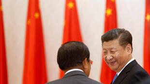 Le président chinois Xi Jinping, en compagnie du Premier ministre cambodgien Hun Sen, en octobre 2016 lors d'un déplacement à Phnom Penh.
