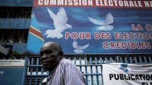 Un homme passe devant le siège de la Commission électorale nationale indépendante (Céni) le 5 novembre 2017 à Kinshasa.