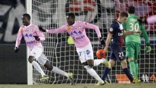 Modou Sougou (esq.) e Clarck N'Sikulu (centro), do Evian Thonon Gaillard, comemoram após marcar na vitória contra o Paris St. Germain, em Annecy, na França, nesta quarta-feira, 4 dezembro de 2013.