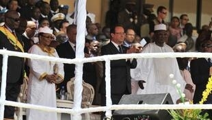 Le président malien Ibrahim Boubacar Keïta (D) entouré de ses invités dans la tribune présidentielle lors de la cérémonie. Bamako, le 19 septembre 2013.