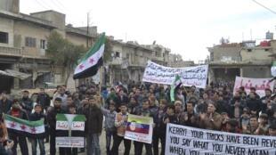 Opositores do presidente Bashar Al-Assad realizam um protesto contra o governo sírio nesta sexta-feira.