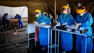 Wasu ma'aikatan lafiya a daya daga cikin cibiyoyin gwajin cutar coronavirus a birnin Johannesburg dake Afrika Kudu. 15/4/2020.