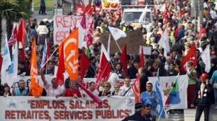 В шествии в Ницце 16 октября участвуют работники государственных и частных предприятий.