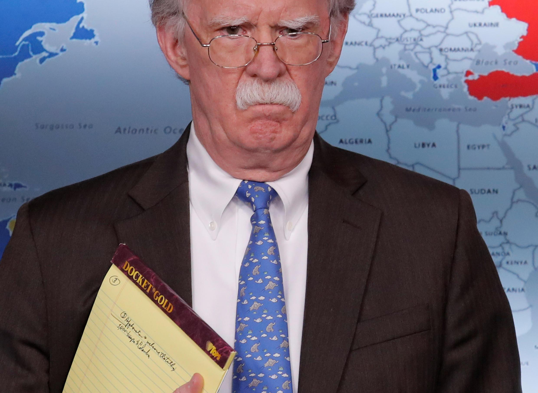 """Cố vấn an ninh quốc gia Mỹ John Bolton với cuốn sổ tay có ghi """"5.000 quân ở Colombia"""", gây đồn đoán về sự can thiệp của Washington."""