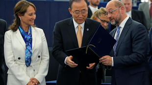 Ségolène Royal (esq.), ministra francesa do Ambiente e presidente da COP21,  Ban Ki-Moon (centro), secretário-geral da ONU e Martin Schulz, presidente do Parlamento Europeu