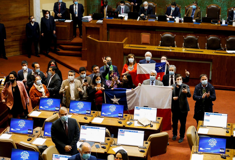 Des membres de l'opposition chilienne fêtent le vote de la réforme constitutionnelle permettant aux Chiliens de puiser dans leur épargne-retraite, à Valparaiso, le 23 juillet 2020.