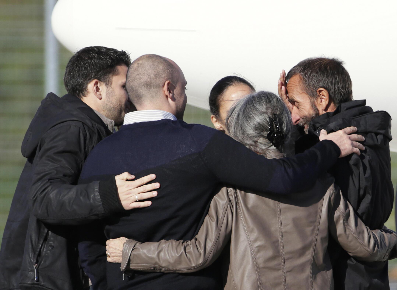 Les ex-otages, après avoir retrouvé leurs familles à la sortie de l'avion à Villacoublay, le 30 octobre 2013.
