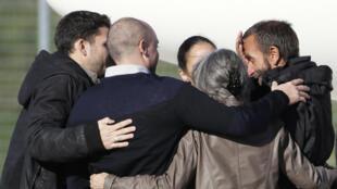 Les ex-otages, après avoir retrouvé leurs familles à la sortie de l'avion à Villacoublay, le 30 octobre 2013, ont un programme chargé.