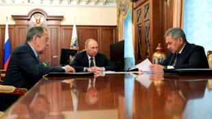 Tổng thống Nga Vladimir Poutine, ngoại trưởng Serguei Lavrov và bộ trưởng Quốc Phòng Sergei Choïgou tại điện Kremlin.