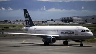 Un avion de la compagnie aérienne Mexicana à l'aéroport international Benito Juarez, le 22 août 2010.