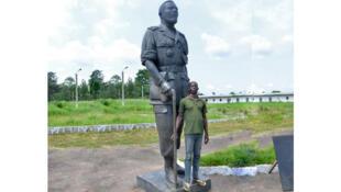 Un homme de l'armée de la République centrafricaine pose devant la statue de Jean-Bedel Bokassa sur l'ancien site du palais présidentiel à Berengo, à 50 kilomètres de Bangui en 2015.