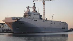 A França suspendeu a entrega à Rússia do porta-helicópteros Mistral.