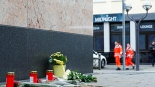 Des fleurs ont été déposées sur les lieux de l'attentat à Hanau en hommage aux victimes, le 20 février 2020.