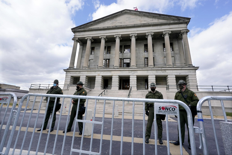 La policía estatal de Tennessee hace guardia frente al Capitolio del Estado el domingo 17 de enero de 2021, en Nashville, Tenn. El FBI ha advertido de la posibilidad de que se produzcan protestas armadas en el Capitolio de la nación y en los 50 capitolios estatales a partir de este fin de semana.