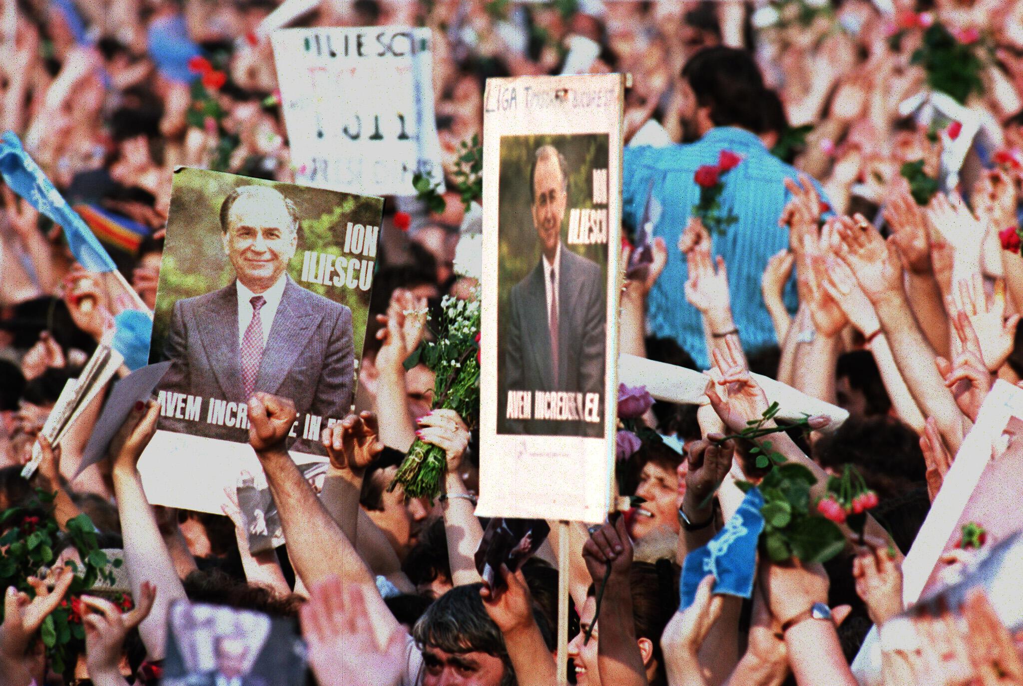 17 mai 1990, à Bucarest. Photo de la campagne électorale qui a conduit à l'élection de Ion Iliescu à la présidence de la Roumanie. Ion Iliescu a succédé le 20 juin 1990 à Nicolae Ceausescu exécuté le 25 décembre 1989.