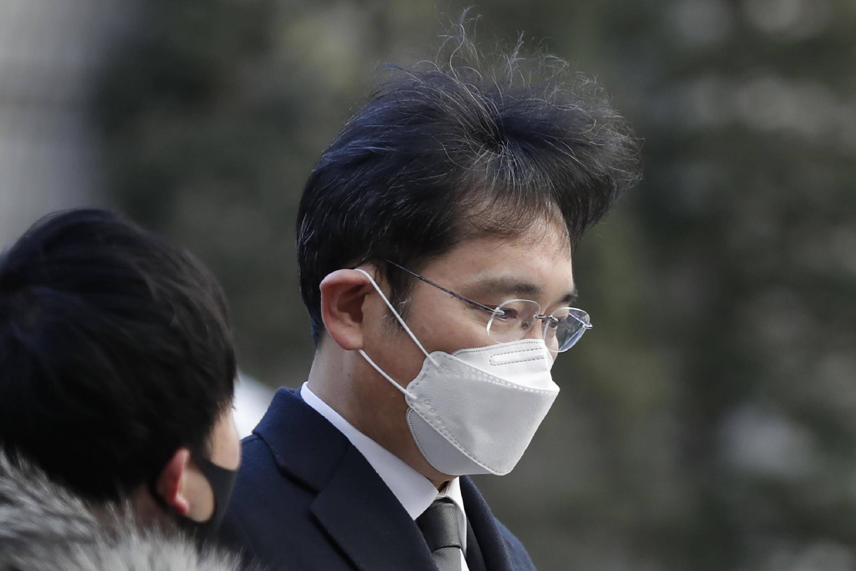 លោក Lee Jae-yong (photo) អគ្គនាយករងក្រុមហ៊ុន Samsung Electronicsត្រូវបានតុលាការកាត់ទោសឱ្យជាប់ពន្ធនាគារ ២ឆ្នាំកន្លះពីបទពុករលួយ.
