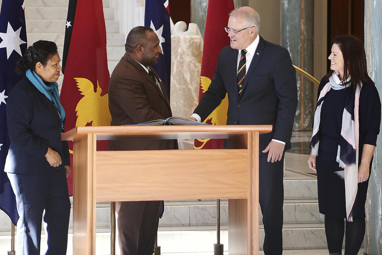 Thủ tướng Papua New Guinea, James Marape (T) cùng phu nhân trong cuộc gặp đồng nhiệm Úc, Scott Morrison tại Canberra, Úc, ngày 22/07/2019.