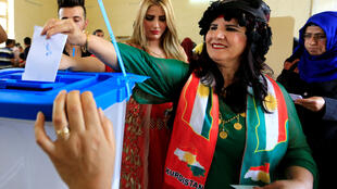 Vestida con los colores del Kurdistán, una mujer vota en el referéndum sobre la independencia de esta región del norte de Irak el 25 de septiembre de 2017.