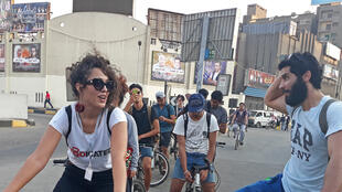 Au Caire, un groupe de jeunes gens se déplace chaque soir en bicyclette dans les quartiers pauvres de la capitale pour offrir de la nourriture avant l'iftar, la rupture du jeûne pendant la période du ramadan.