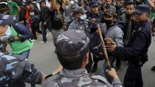 Confrontos entre a polícia nepalesa e os manifestantes locais que protestam contra a falta de ajuda do governo às vítimas dos terremotos, nesta quarta, 29 de abril de 2015.