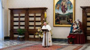 El Papa Francisco durante el rezo del Ángelus en el pesebre, desde la biblioteca del palacio apostólico en el Vaticano, el 10 de enero de 2021