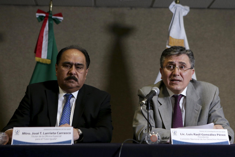 Luis Raul Gonzalez Perez, secretario de la CNDH mexicana, con José Larrieta Carrasco, titular de la oficina para el caso Iguala.