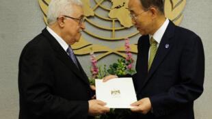 Mahmoud Abbas remet au secrétaire général de l'ONU, Ban Ki-moon, la demande officielle de reconnaissance d'un Etat palestinien par les Nations unies.