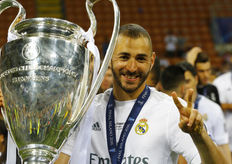 Karim Benzema comemora seu segundo título na Liga dos Campeões com o Real Madrid em 28 de maio de 2016.
