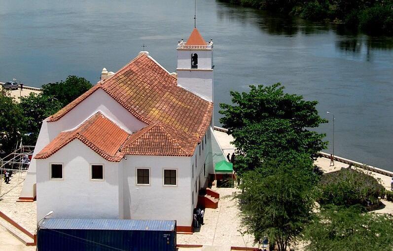 Igreja de Nossa Senhora da Conceição da Muxima. Ao fundo, o rio Cuanza