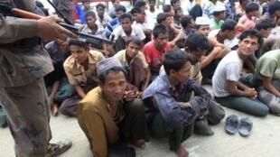 La police frontalière du Bangladesh surveille des membres de la communauté rohingya, à Teknaf, le 18 juin 2012.