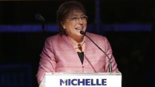 Michelle Bachelet  lors d'un discours après le premier tour du scrutin, le 18/11/13 à Santiago du Chili.