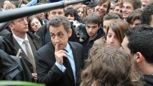 Le président Nicolas Sarkozy s'entretient avec des lycéens lors d'une visite au CHU de Bordeaux le 22 février 2011.