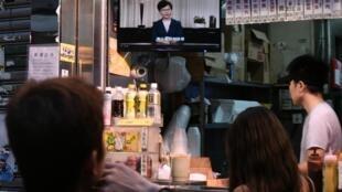 Người dân đang xem truyền hình đưa tin bà Lâm Trịnh Nguyệt Nga (Carrie Lam) thông báo rút dự luật dẫn độ, Hồng Kông, ngày 04/09/2019.