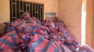 Une montagne de sacs de bulletins de vote devant l'entrée du centre de compilation Ouaga 1, au Burkina Faso, le 23 novembre 2020.