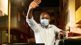 El primer ministro saliente de Cabo Verde, Ulisses Correia e Silva, saluda a sus seguidores el 18 de abril de 2021, tras anunciar la victoria de su partido, el Movimiento para la Democracia, (MpD) en los comicios legislativos