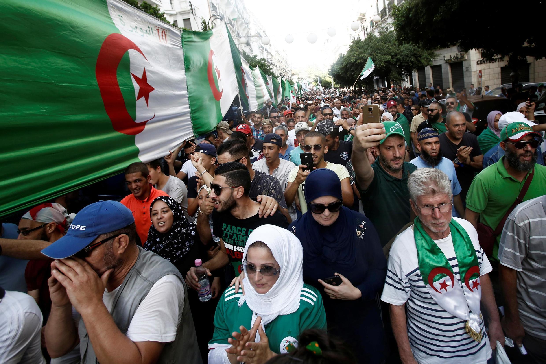 """تظاهرکنندگان در اعتراض به دولتمردان این کشور و مردود شناختن انتخابات ریاست جمهوری در الجزایر، در شهر """"الجزیره""""  راهپیمایی میکنند و شعار میدهند. جمعه ۱٠ آبان/ اول نوامبر ٢٠۱٩"""